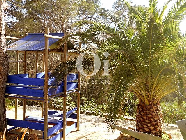 Территория виллы на продажу с отличными видами на море на Ибице