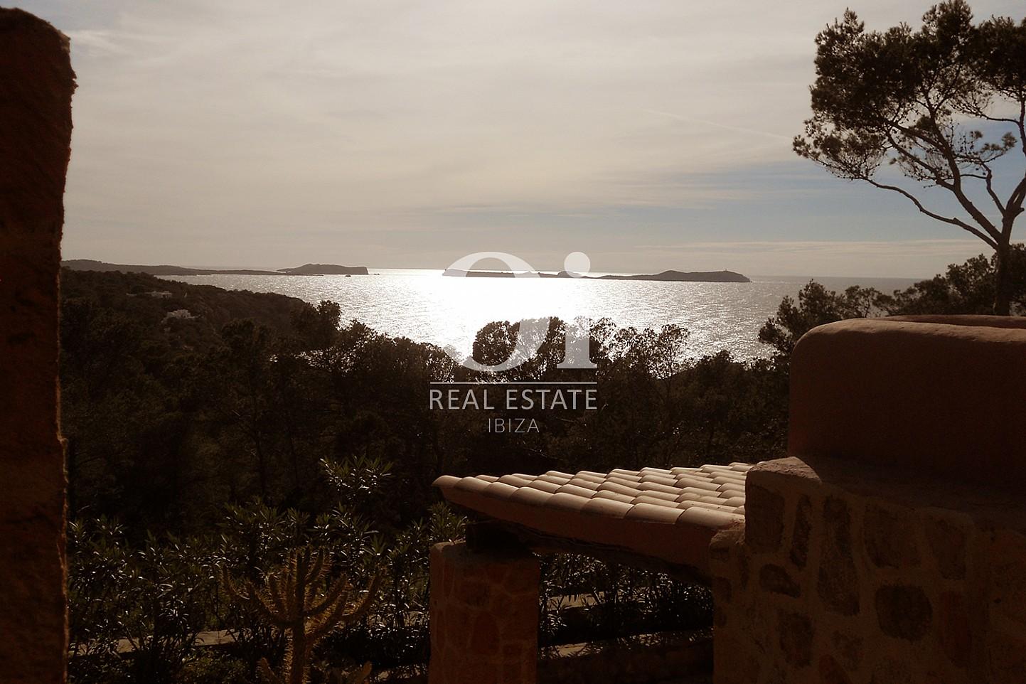 Замечательный вид на море, открывающийся из замечательного дома на продажу на Ибице