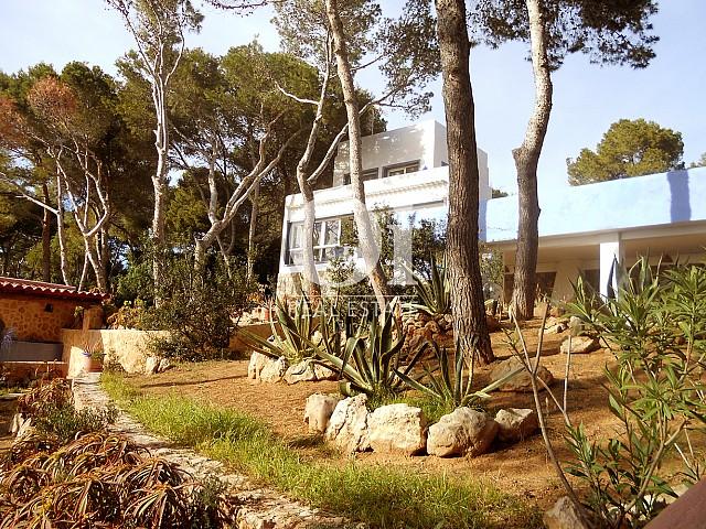 Blick auf den Außenbereich vom Haus zum Verkauf in Punta Galera, Ibiza