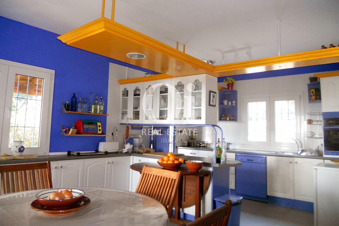 Blick in die Küche vom Haus zum Verkauf in Punta Galera, Ibiza
