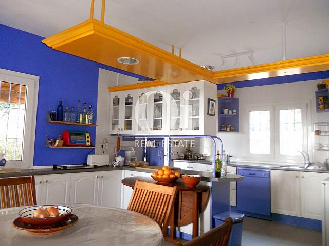 Оборудованная кухня в прекрасном доме на продажу в Пунта Галера, Ибица