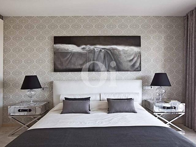 Blick in ein Schlafzimmer vom Haus zum Verkauf in Les Bateries, S'Agaró