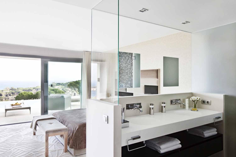 Blick in eine Suite vom Haus zum Verkauf in Les Bateries, S'Agaró