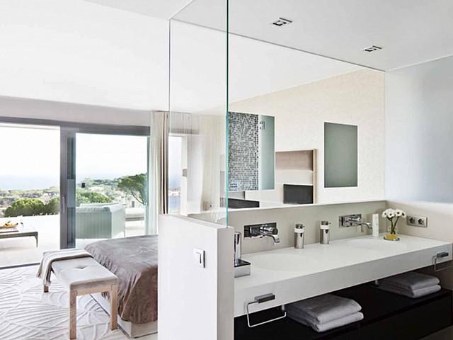Современная и стильная ванная комната в чудесном доме класса люкс на продажу в S'Agaró