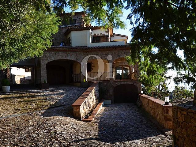 Вид на потрясающий дом в деревенском стиле на продажу на Коста Брава