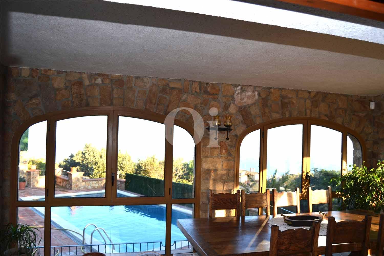Вид из замечательного дома в деревенском стиле на продажу на бассейн на Коста Брава