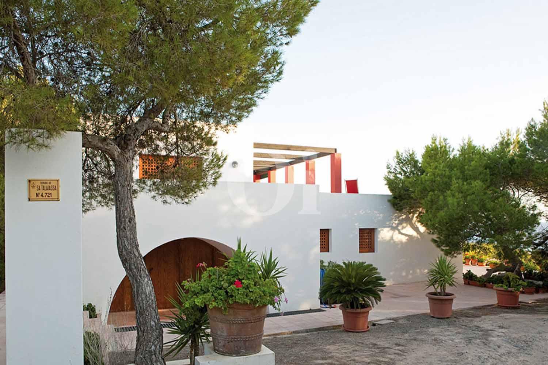 Blick in die Fassade der Ferien-Villa zur Miete auf Fomentera