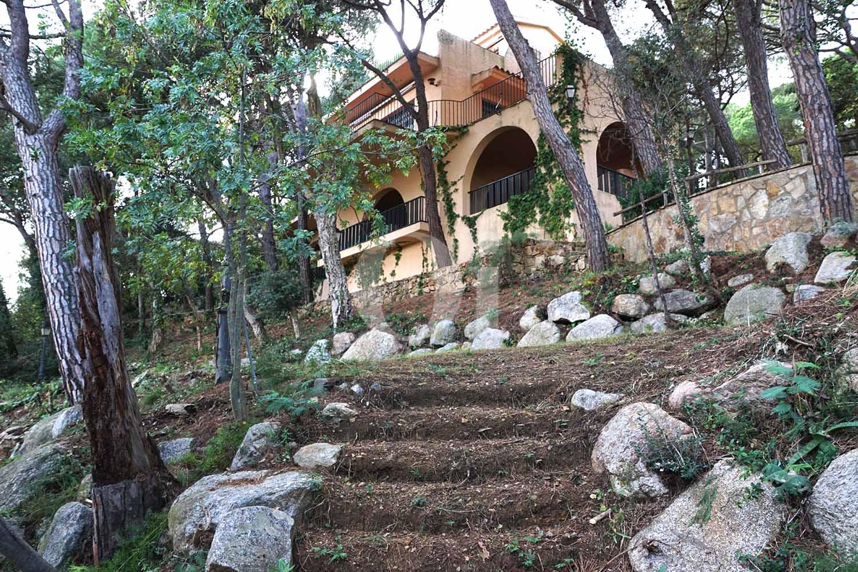 Фасад замечательного семейного дома на продажу на Коста Брава, нуждающегося в ремонте