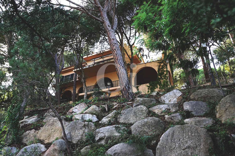 vista de fachada de casa con jardín en la costa brava