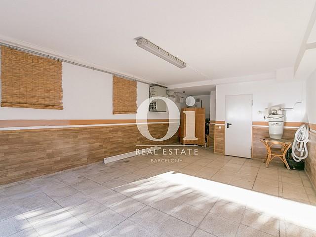 Blick in die Garage vom Familienhaus zum Verkauf in Castelldefels