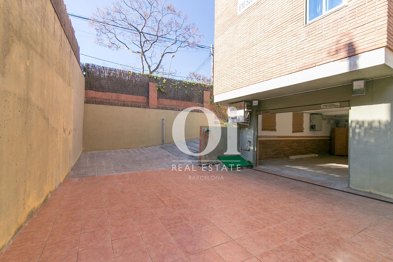 Blick auf die Einfahrt vom Familienhaus zum Verkauf in Castelldefels