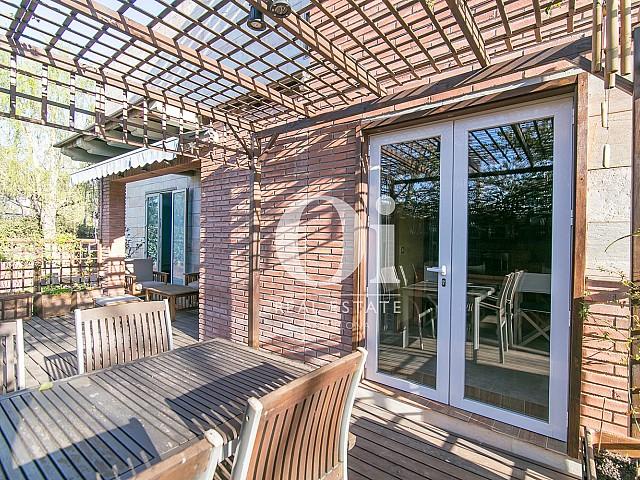 Blick auf die Terrasse vom Familienhaus zum Verkauf in Castelldefels
