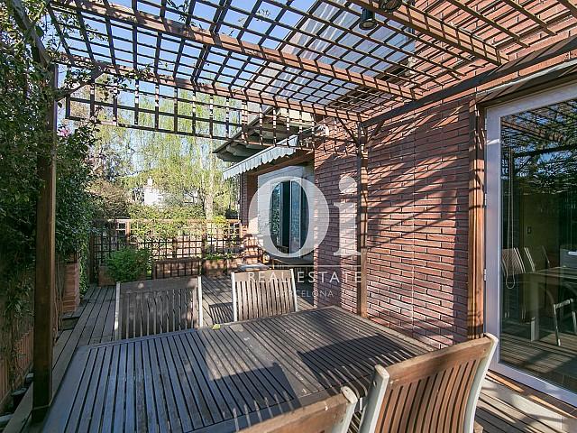 Прекрасная летняя столовая в тени в чудесном семейном доме недалеко от Барселоны
