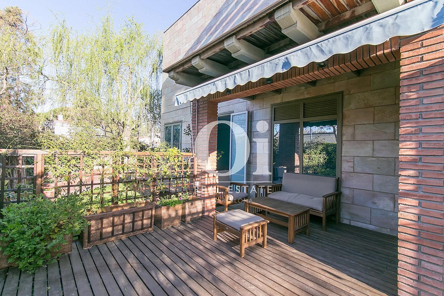 Зона для расслабления на веранде чудесного семейного дома на продажу в Castelldefels