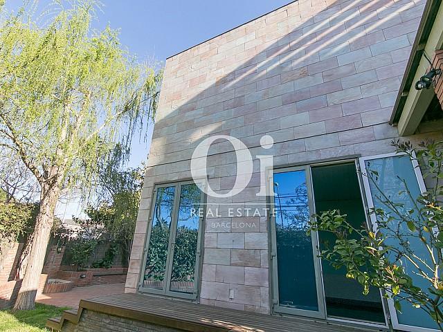 Фасад чудесного семейного дома на продажу недалеко от Барселоны