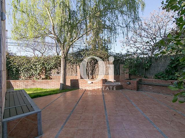 Прилегающая территория дома с прекрасным садом и множеством чил-аут зон в шикарном доме на продажу недалеко от Барселоны