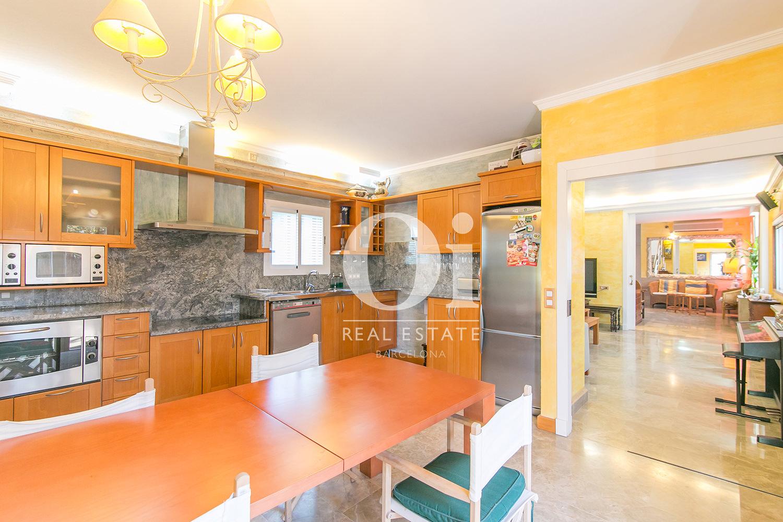 Просторная оборудованная кухня с зоной для стиральной машины в семейном доме на продажу недалеко от Барселоны
