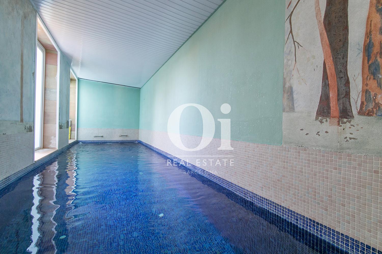 Piscina interior de lujosa casa en venta en Castelldefels, Barcelona