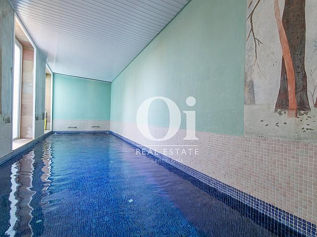 Blick auf den Pool vom Familienhaus zum Verkauf in Castelldefels