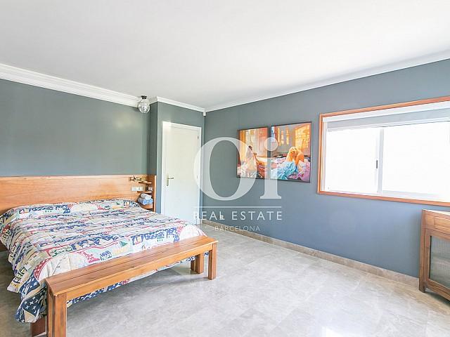 Blick in ein Schlafzimmer vom Familienhaus zum Verkauf in Castelldefels