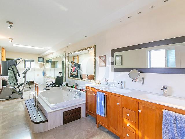 Прилегающая к бассейну ванная комната и тренажерный зал в потрясающем семейном доме на продажу недалеко от Барселоны