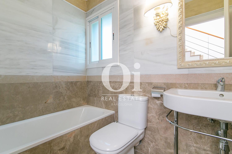 Ванная комната в чудесном семейном доме на продажу недалеко от Барселоны