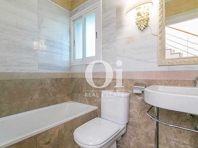 Blick in ein Bad vom Familienhaus zum Verkauf in Castelldefels