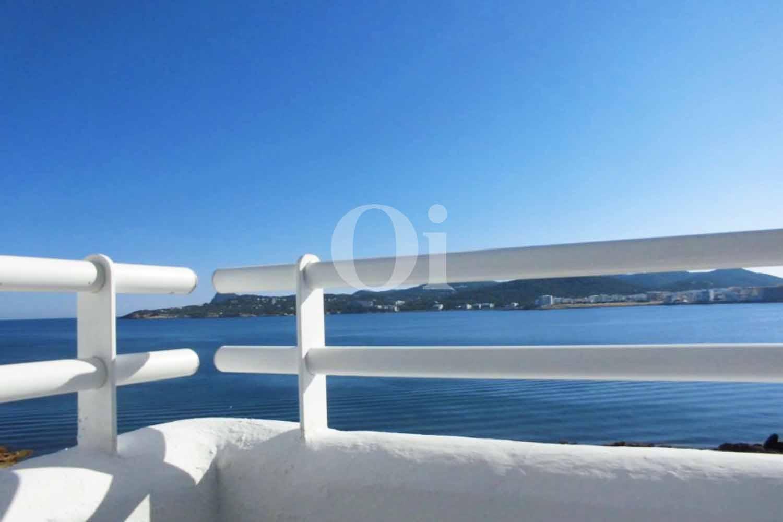 Шикарные виды на море и бухту Сант Антони из потрясающей мансарды на продажу в Сант Антони