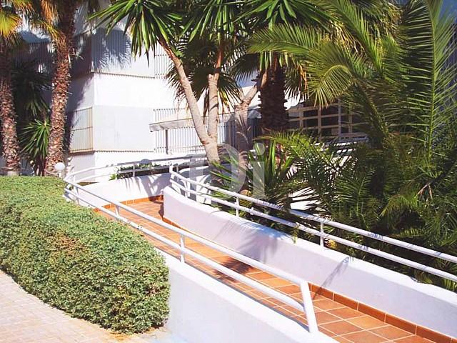 Озелененные зоны территории дома, в котором находится прекрасная мансарда на продажу