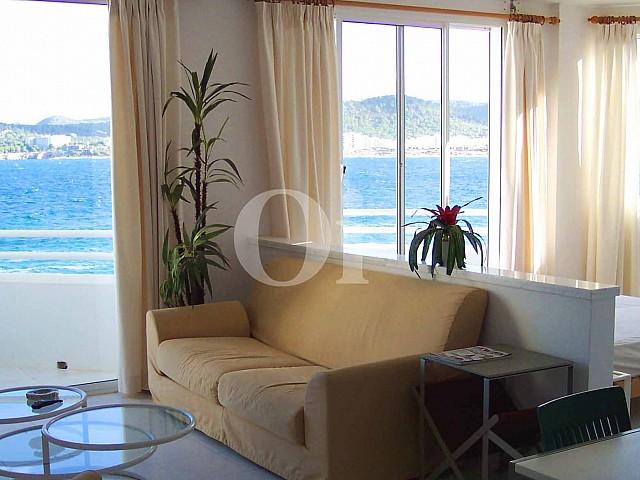 Светлая гостиная комната в прекрасной угловой мансарде на Ибице