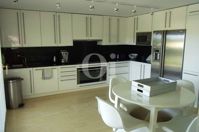 Полностью оборудованная светлая кухня на замечательной вилле в краткосрочную аренду на Ибице