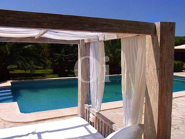 Blick auf den Poolbereich der Ferien-Villa zur Miete auf Ibiza