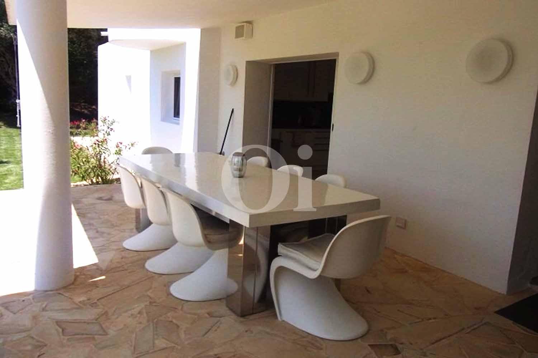 Летняя столовая на террасе потрясающей виллы в краткосрочную аренду на Ибице