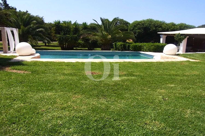 Blick auf den Garten der Ferien-Villa zur Miete auf Ibiza