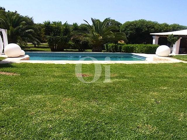 Прекрасный бассейн в шикарной вилле в краткосрочную аренду на Ибице