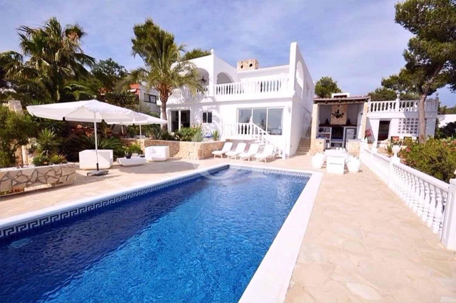 Blick auf den Pool der Ferien-Villa zur Miete auf Ibiza