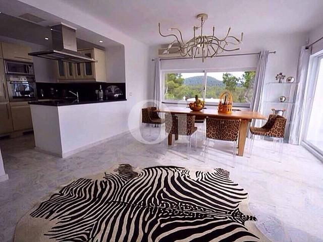 Blick auf den Küchenbereich der Ferien-Villa zur Miete auf Ibiza