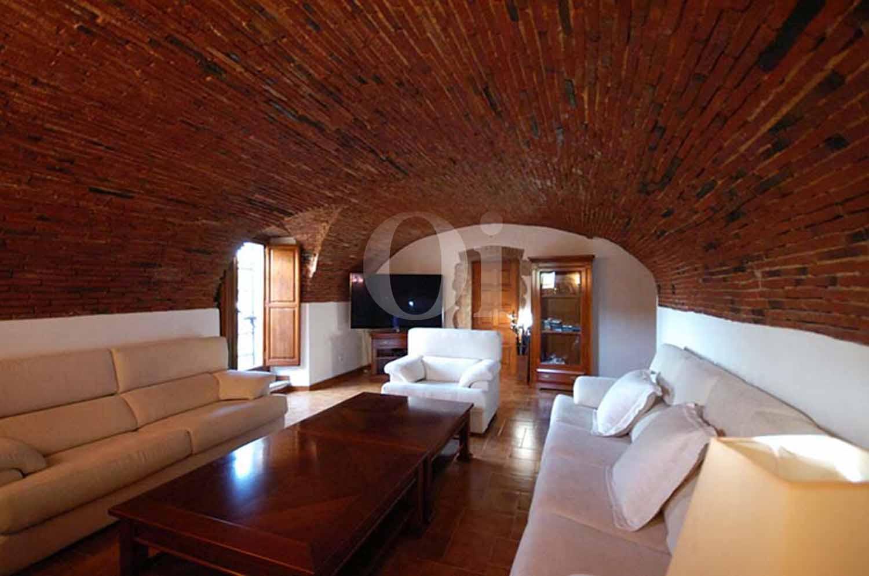 Blick in das Wohnzimmer der Masía zum Verkauf in Calonge