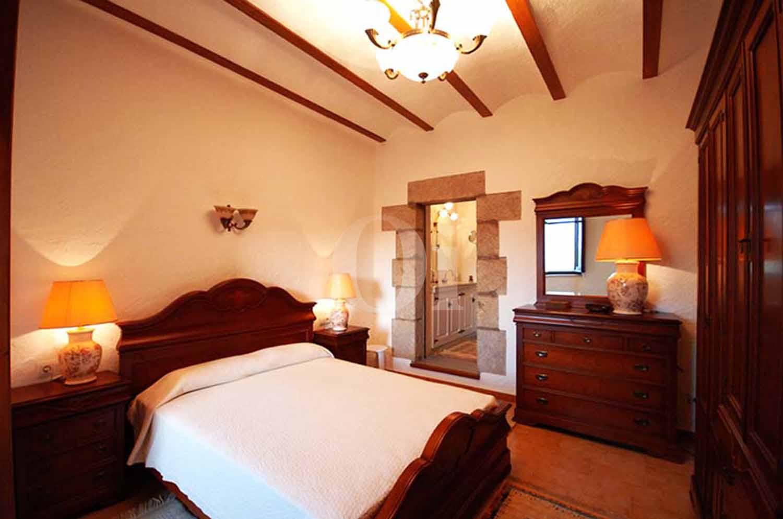 Blick in ein Schlafzimmer der Masía zum Verkauf in Calonge