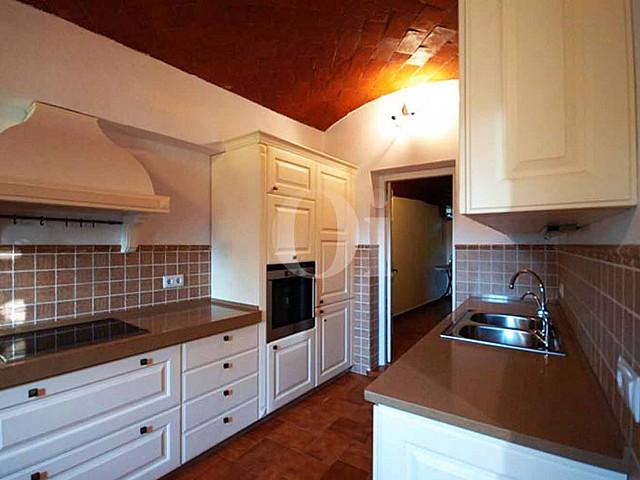 Blick in die Küche der Masía zum Verkauf in Calonge