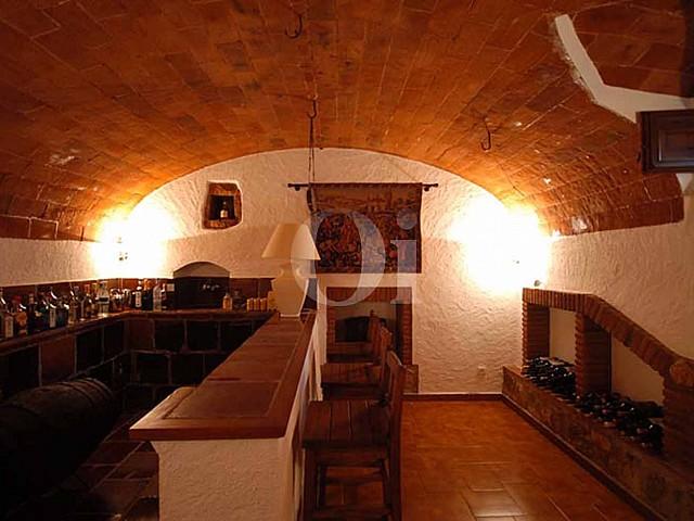 Винный бар в потрясающем дачном доме на продажу на Коста Брава