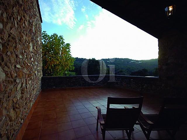 Blick auf die Terrasse der Masía zum Verkauf in Calonge