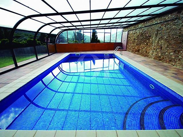Gran piscina interior
