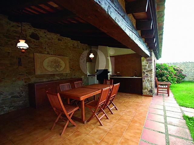 Летняя столовая в чудесном дачном доме на продажу на Коста Брава