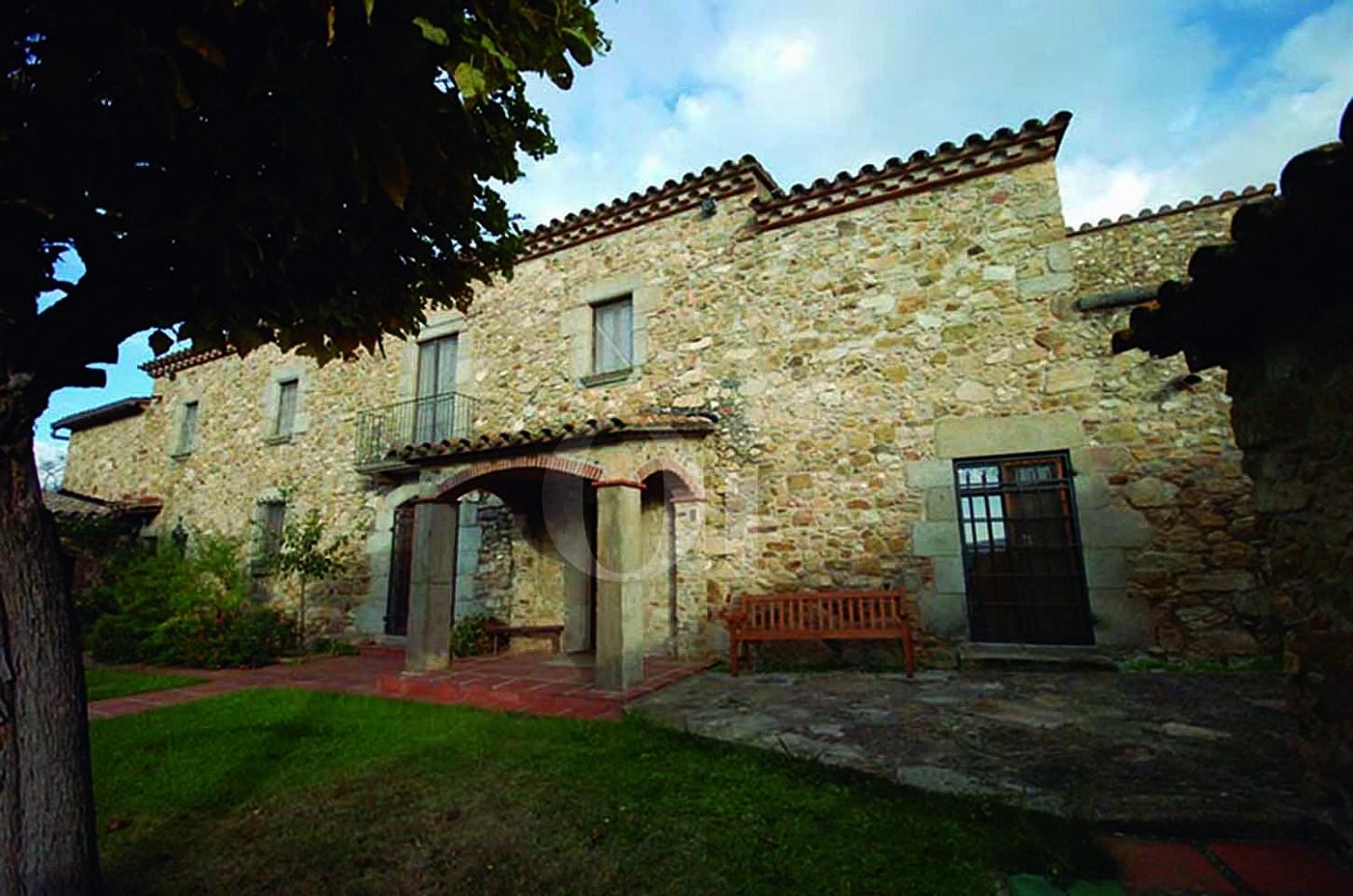 Blick auf die Fassade der Masía zum Verkauf in Calonge