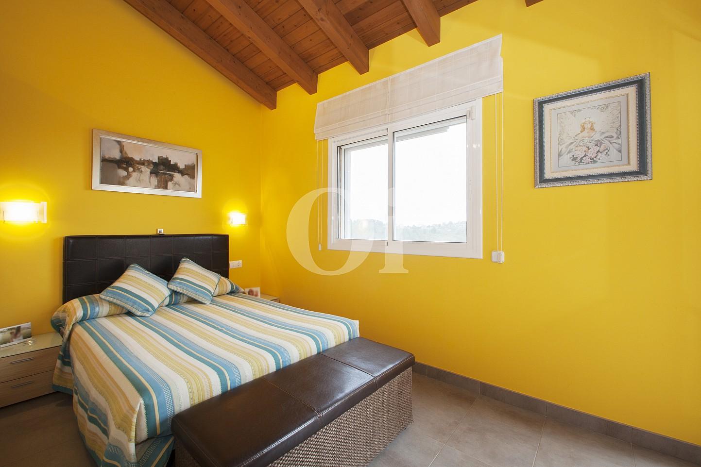 Blick in ein Schlafzimmer vom Haus zum Verkauf, Segur de Calafell