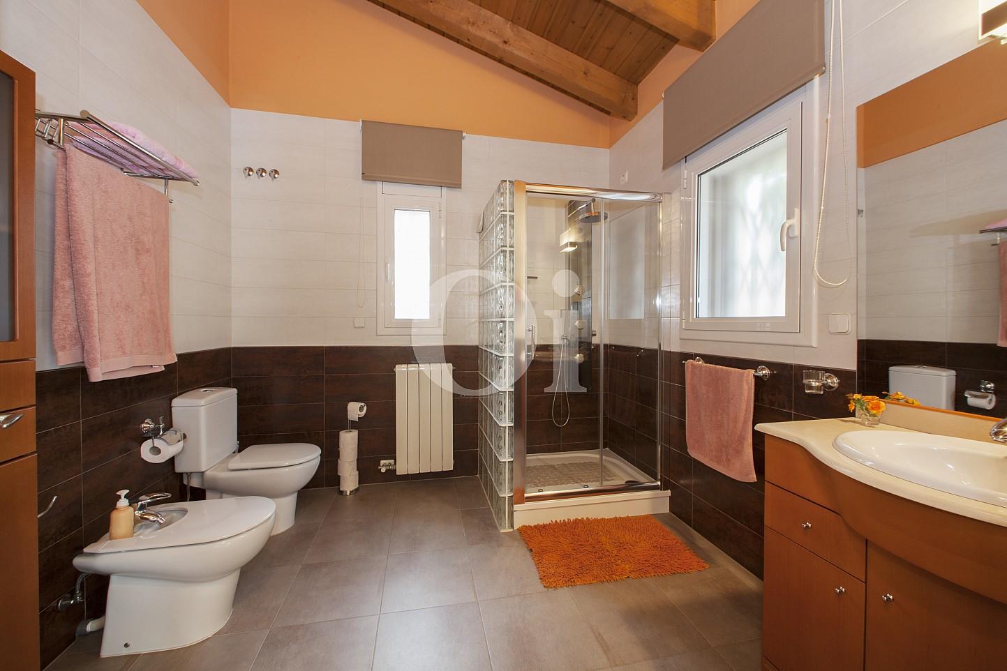 Просторная ванная комнатазамечательного дома на продажу в Таррагоне