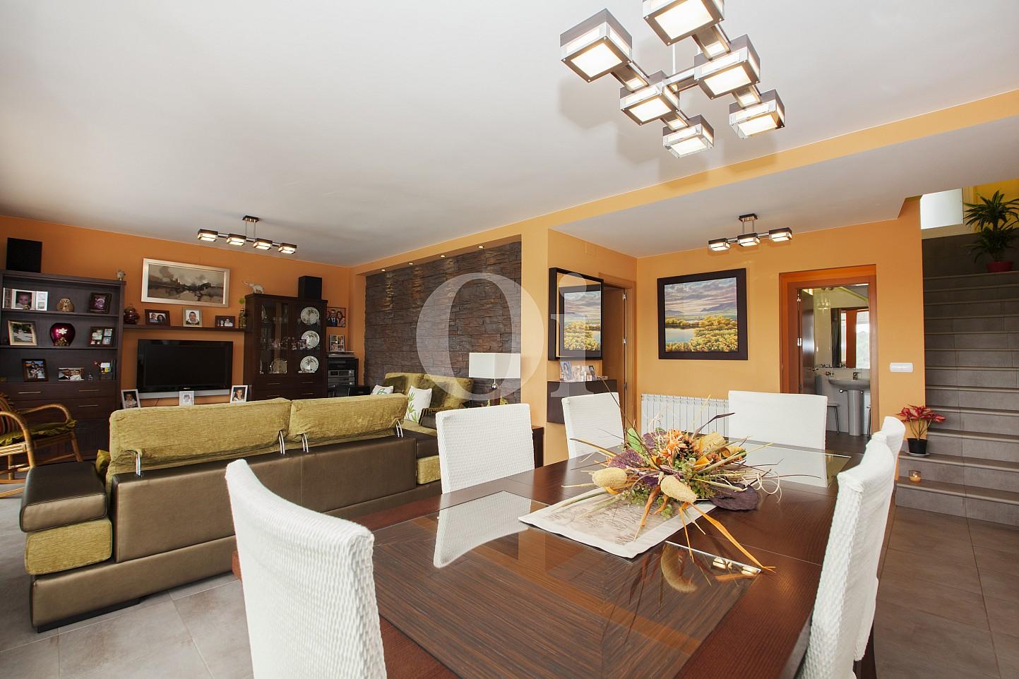 Стильная и уютная гостиная замечательного дома на продажу в Таррагоне