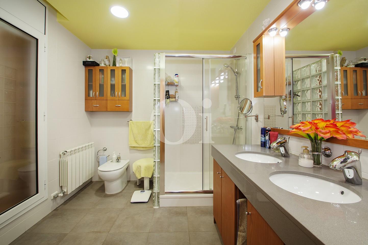 Blick in ein Bad vom Haus zum Verkauf, Segur de Calafell