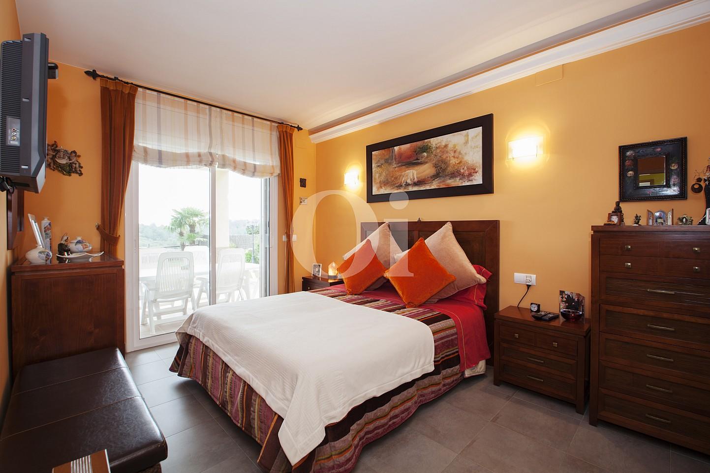 Уютная спальня чудесного дома на продажу в Таррагоне